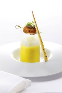 © Michael Rathmayer_2.Gang_Kürbisschaumsuppe mit Butterschnitzel und Blätterteig-Salzstangerln