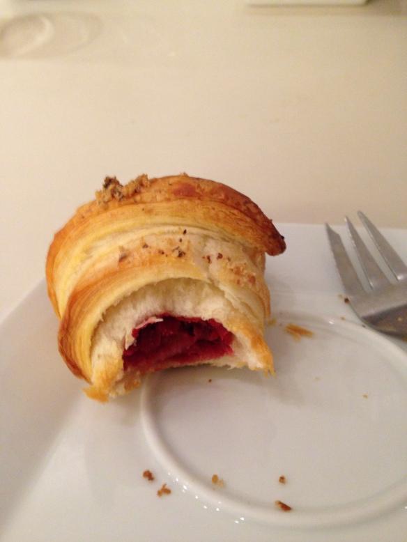 süßes rote rübenkokosnuss croissant