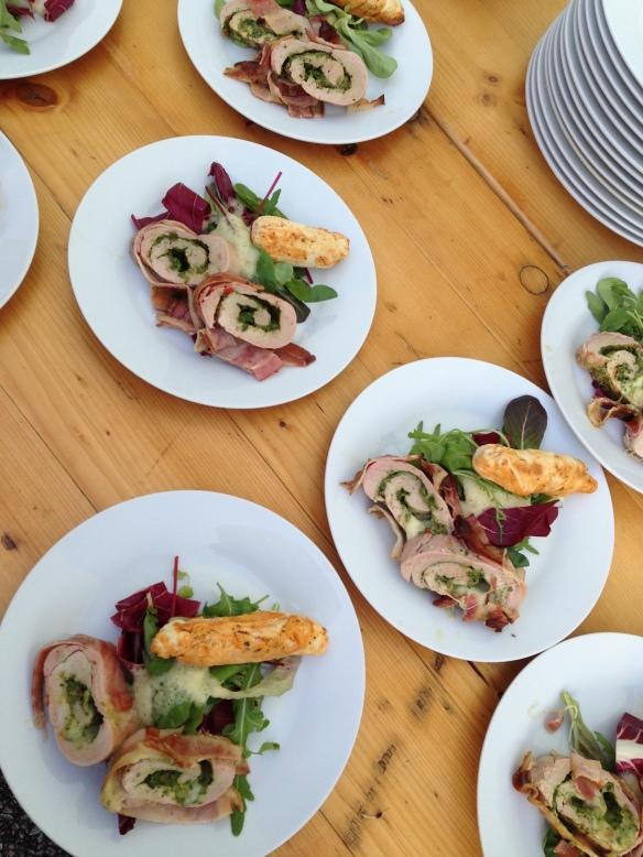 gefülltes schweinsfilet mit rucolapesto, salat und grillbrot