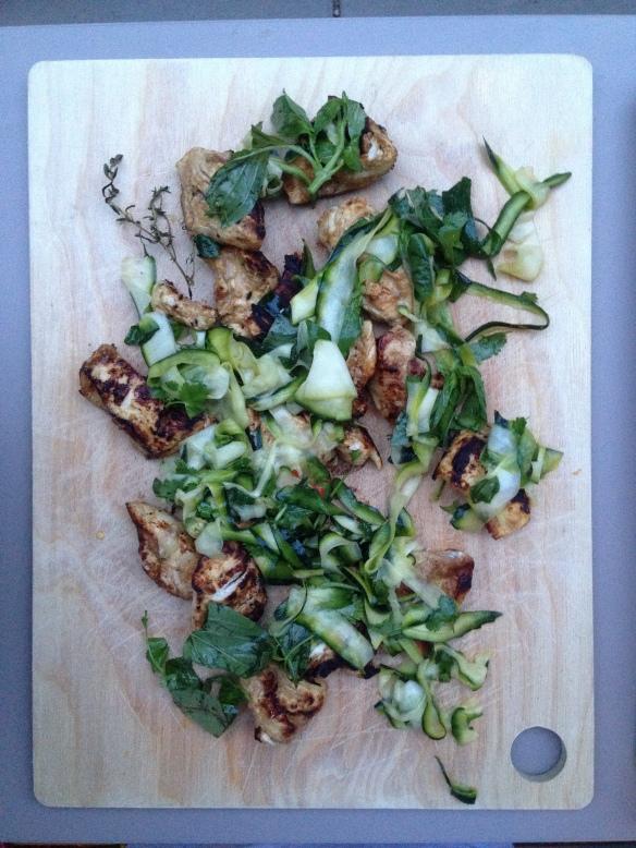 leckeres gegrilltes mit zucchinisalat