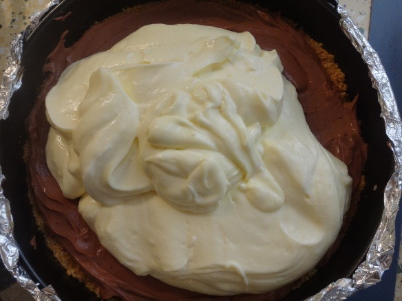 cheesecakemasse auf boden verteilen