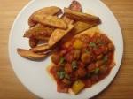 bratwürstl gulasch mit ofenkartoffeln